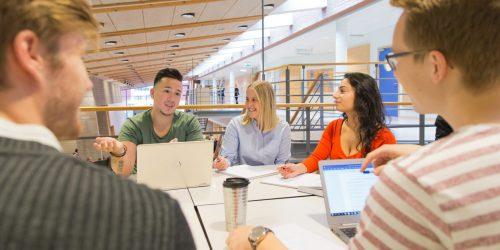 Studenter på campus i Växjö