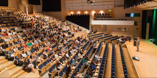 Rektor talar inför internationella studenter