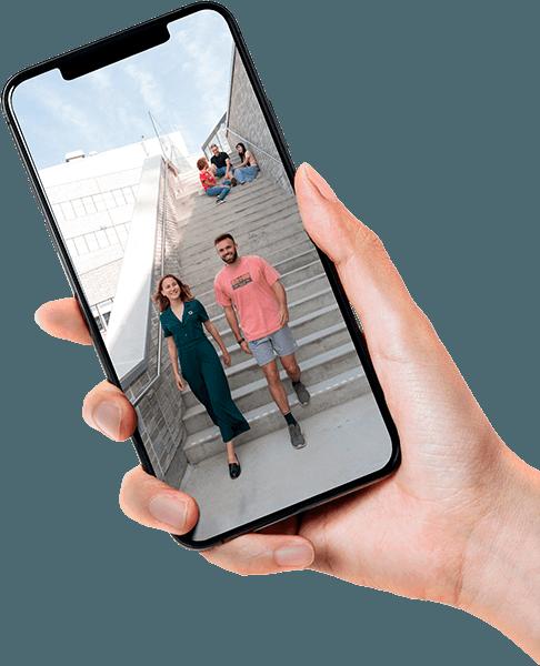 En hand som håller i en mobil